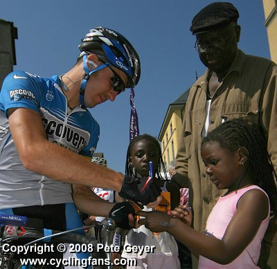 2006 Dauphine Libere: Yaroslav Popovych (Discovery Channel) signs autograph for two French girls before Stage 7