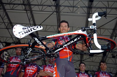 2008 Tour of Italy Teams Presentation:  Robbie McEwen (Silence-Lotto) shows off the team bike