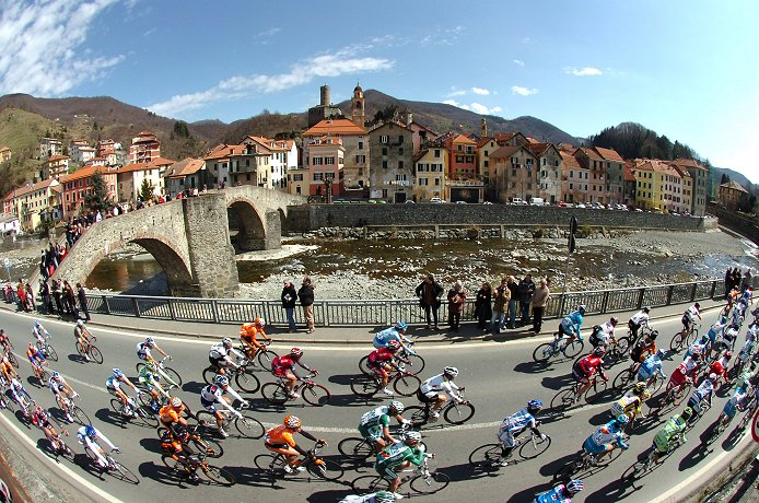 The peloton during the 2008 Milan-San Remo