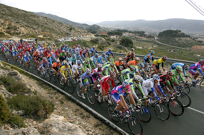 The peloton in stage 3 of the 2008 Vuelta a la Comunidad Valenciana