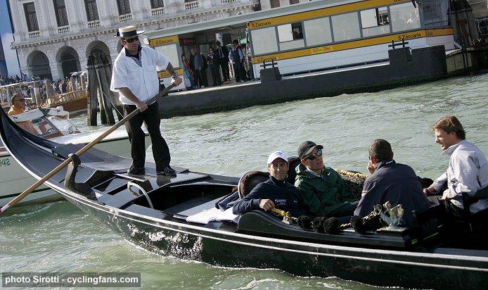 2009_giro_d_italia_teams_presentation_lance_armstrong_gilberto_simoni_ivan_basso_danilo_di_luca_gondola2.jpg