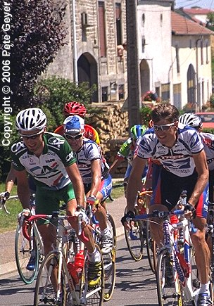 Bobby Julich and Frankie Andreu lead the peloton, 2000 Tour de France